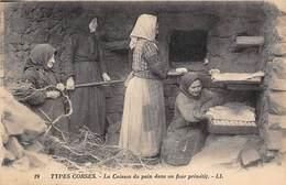 Corse      20      Cuisson Du Pain Dans Un Four Primitif    (voir Scan) - Autres Communes
