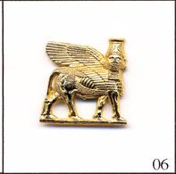 PIN'S Pin's Tourisme - Sculpture De Mésopotamie (Assyrie). Est. Arthus Bertrand. Métal Doré. T403-06 - Cities