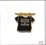 Pin's Tourisme - Club Med / T-Shirt Noir. Est. Arthus Bertrand Paris. Zamac. T405-02A - Cities