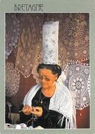BRETAGNE La Brodeuse De Napperons En Pays Bigouden (coiffe)  METIER Traditions Artisanat Artisan (JOS 1.5696 )*PRIX FIXE - Artisanat