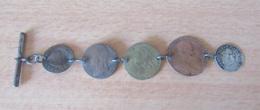 France - Chaîne De Montre En Métal Composée De 5 Monnaies Et Jetons Dont Louis XIV 4 Sols Aux Traitants 1676 D - France