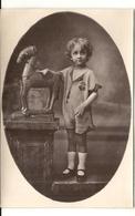 ENFANT ET SON JOUET . CHEVAL DE BOIS MONSTRUEUX - Objets