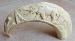 Sculpture Sur Défense De Phacochère - Art Africain