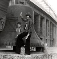 Photo Carrée Originale Cloche Des Jeux Olympiques De Berlin De 1936 & Gamins En 1975 Au Look Vintage - Objects
