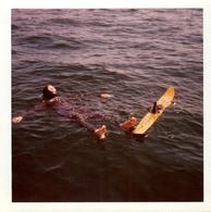 Photo Carrée Couleur Originale B.B. Planche Et Ski Nautique En Combinaison De Plongée & Mono Ski 1960/70 - Sports