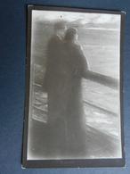 19859) COPPIA INNAMORATI GUARDA IL MARE  NON VIAGGIATA 1915 CIRCA EDIZIONE E TITOLO IN RUSSO - Sculture