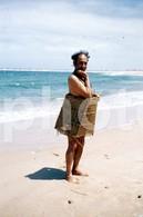 1975 COMIC MAN BEACH PORTUGAL  AMATEUR 35mm DIAPOSITIVE SLIDE Not PHOTO No FOTO B3332 - Diapositives (slides)