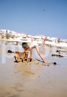 1974 GIRL DOG PLAYING PORTUGAL  AMATEUR 35mm DIAPOSITIVE SLIDE Not PHOTO No FOTO B3335 - Diapositives (slides)