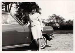 Photo Originale Femme Posant Sur Son Opel Rekord A 1700 L (1963-1965) - Automobiles