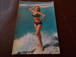 B712   Donna In Posa Viaggiata Presenza Macchia Al Retro - Cartoline