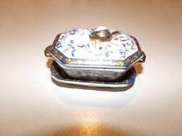 """Miniature Soupière, Couvercle Et Sa Soucoupe , Fond Blanc Décor Fleurs Bleues Et Dorées """" Porcelaine D'art """" - Miniature"""