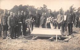 ¤¤  -  Carte-Photo Militaire Non Située   -  Groupe De Soldats Lors D'un Enterrement  -  Cimetière Militaire   -  ¤¤ - War 1914-18