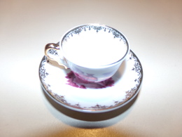 """Miniature Tasse Avec Sa Soucoupe Décor Scène Galante Rouge Sur Fond Blanc Et Liseré Or """" Décoration Artiste """" - Miniatures Décoratives"""