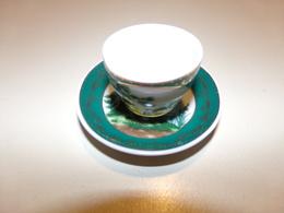 """Miniature Tasse Et Soucoupe Verte, Blanche Et Liseré Or Décor Oiseaux Et Arbres """" Porcelaine D'artiste """" - Miniature"""