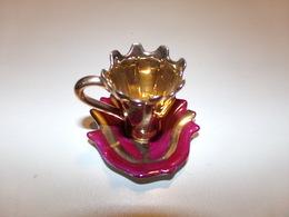 Miniature Tasse Et Sa Soucoupe Bordeaux Et Or - Miniatures