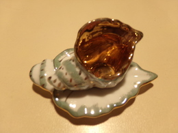 Miniature Tasse En Forme De Coquillage Et Soucoupe En Forme De Feuille Doré Liseré Vert Et Or - Miniaturen