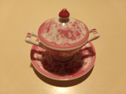 """Miniature Soupière, Couvercle Et Soucoupe Décor Fleurs Roses Sur Fond Blanc """" Porcelaine D'art """" - Miniatures Décoratives"""