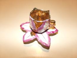 Miniature Tasse Et Sa Soucoupe Décor Feuille Rose Et Dorée Sur Fond Blanc - Miniatures Décoratives