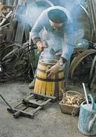 Thèmes-Métier Vieux Métiers Et Traditions LE TONNELIER Opération De Cerclage à Chaud (artisanat) (artisan)*PRIX FIXE - Artisanat