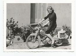 Photographie 73 Savoie Moto Mobylette Motobecane Femme Ugine 1964  Photo 9x12,5 Cm Env - Automobiles