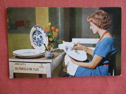 Girl Painting A Plate Royal Delftware Factory    Ref 3136 - Artisanat