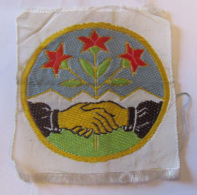 Ecusson Militaire (?) En Tissu Représentant Une Poignée De Main Devant Une Fleur Rouge - A Identifier - Militaria