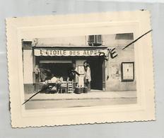 Photographie 73 Savoie L'étoile Des Alpes épicerie Devanture Commerce  Ugine 1956 Photo 8,3x11 Cm Env - Lieux