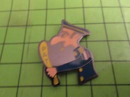 813D Pin's Pins / Beau Et Rare / THEME POLICE : POLICIER A GROS NEZ ET SA MEILLEURE AMIE La Gomme à Effacer Le Sourire - Police