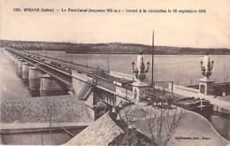 PENICHES - 45 - LOIRET : Péniche En 1er Plan ( De Passage Sur Le Pont Canal )  CPA - Barge Lastkähne Aken Chiatte - Houseboats