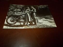 B712   Coppia Con Vecchia Moto Non Viaggiata - Couples