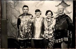 Carte Photo Originale 2 Couples D'Amis Déguisés En Chinois Et Bulgare Vers 1920/30 - Théâtre ? - Anonymous Persons