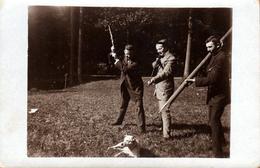 Amusante Carte Photo Originale 3 Jeunes Garçons Avec Pieux & Fusils Pointés Sur Un Pauvre Chien Indifférent 1920/30 - Anonymous Persons