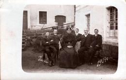 Carte Photo Originale Portrait De Parents Et De Leurs 4 Fils Dans La Cour De Ferme En Juin 1914 - Meule & Costumes - Anonymous Persons