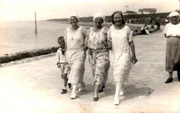Carte Photo Originale Portrait De Marcheuses - Femmes élégantes En Bord De Mer, Bonnet & Bérets Blancs, Plage 1920 - Anonymous Persons