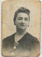Femme Woman Portrait Type Photomaton Photobooth  Studio Identité Identity  Smiling Sourire  40s - Anonymous Persons