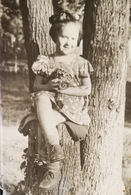 USSR. Little GIRL At The Tree -   Old Vintage Original Real Photo 1960s - Persone Anonimi