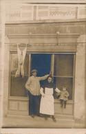 I40 - COMMERCE - Le Boucher, Sa Femme Et Sa Fille Devant La Devanture - Carte Photo - Shops