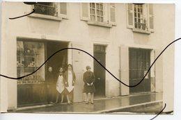 CARTE PHOTO A IDENTIFIÉE  . CPA . Personnages Devant Un Magasin Commerce. - Photographs