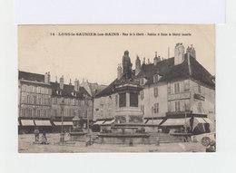 Lons Le Saunier Les Bains. Place De La Liberté. Fontaine, Statue Du Général Lecourbe. Enseigne La Ville De Paris. (3204) - Lons Le Saunier