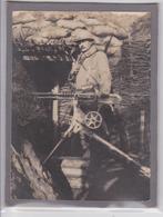 Scène De Tranchée Poilu Du 281 E RI Et Sa Mitrailleuse - Photographie Cartonnée Grande Guerre - Guerre 1914-18