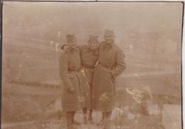 SERBIA,  KINGDOM OF YUGOSLAVIA   --  SERBIAN ARMY IN BOSNIEN  ~  SOLDATEN AM JUDISCHEN FRIEDHOF  ~ 1930 ~    7 Cm X 6 Cm - Militaria