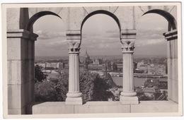 Budapest - Halászbástya Az Országházzal - L'Escalier Des Pécheurs Avec Le Parlement - Hongarije