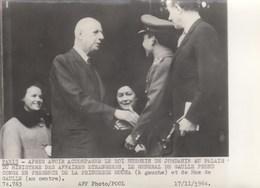 PHOTO ORIGINALE ( 13X18) Roi Hussein  Au Palais Du Ministere Des Affaires Etrangeres DE GAULLE Et MME Prend Congé - Persone Identificate
