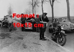 Reproduction D'une Photographie Ancienne De Motards De La Gendarmerie En Contrôle Routier En 1962 - Reproductions