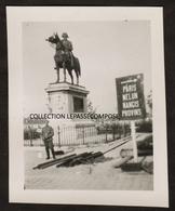 INEDIT MONTEREAU FAULT YONNE - OCCUPATION - UN SOLDAT ALLEMAND DEVANT LA STATUE DE NAPOLEON TOUCHEE PAR LES TIRS - 1940 - Montereau