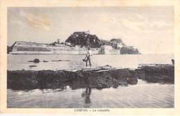 GRECE Greece - CORFOU : La Citadelle ( Pêcheur En 1er Plan ) - CPA - Griechenland Griekenland Grecia - Grecia