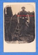CPA Photo - Front à Situer - Portrait D'un Poilu Dans Une Tranchée Infanterie Casque Fusil Uniforme Arme Baïonnette WW1 - Weltkrieg 1914-18