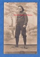 CPA Photo - Front à Situer - Portrait D'un Poilu Devant Faux Décor - Bataillon De Chasseurs ?  Alsace ?  WW1 Soldat - Weltkrieg 1914-18