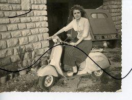 PHOTO ANIMÉE. Une Femme Assise Sur Une VESPA Et Ancienne Voiture. Citroën 2CV - Cars