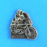 1 PIN'S //   ** GENDARMERIE / BRIGADE MOTOCYCLISTE D'ORLÉANS / Doré ** . (Richard-Saumur) - Militaria